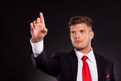 Geschäftsmann, der Taste eindrückt lizenzfreies stockfoto