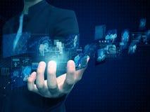 Geschäftsmann, der Technologie hält lizenzfreie abbildung
