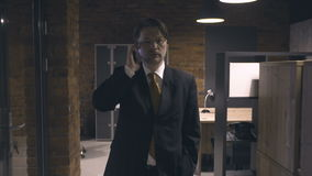 Geschäftsmann, der am Telefon geht und spricht stock video