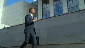 Geschäftsmann, der am Telefon, Karriereerfolg froh feiernd, Durchbruch spricht stock footage