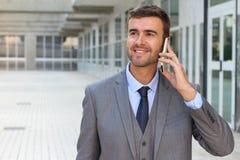 Geschäftsmann, der am Telefon mit Begeisterung hört lizenzfreie stockfotografie