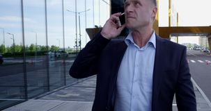 Geschäftsmann, der am Telefon spricht stock video