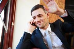 Geschäftsmann, der am Telefon spricht lizenzfreie stockbilder