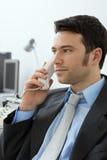 Geschäftsmann, der am Telefon spricht stockbild