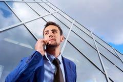 Geschäftsmann, der am Telefon spricht Mannunternehmer, der über m spricht lizenzfreie stockfotos