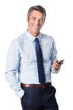Geschäftsmann, der Telefon verwendet lizenzfreies stockbild