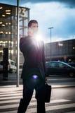 Geschäftsmann, der Telefon verwendet, wenn Sie draußen glätten Lizenzfreie Stockfotografie