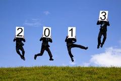 Geschäftsmann, der Text des neuen Jahres 2013 anhält Stockfotos