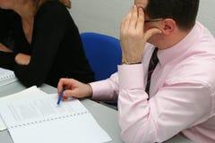 Geschäftsmann, der am Thema auf Sitzung denkt Lizenzfreie Stockfotografie