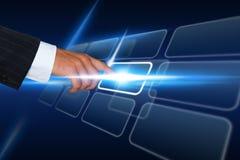 Geschäftsmann, der Touch Screen Schnittstelle drückt Lizenzfreies Stockbild