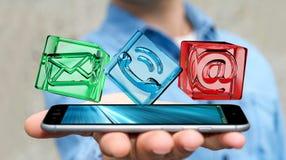 Geschäftsmann, der transparente Würfelkontaktikone über Telefon, 3D hält Stockbild