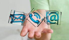 Geschäftsmann, der transparente Würfelkontaktikone in seiner Hand 3D hält Lizenzfreie Stockfotografie