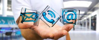 Geschäftsmann, der transparente Würfelkontaktikone in seiner Hand 3D hält Lizenzfreie Stockbilder