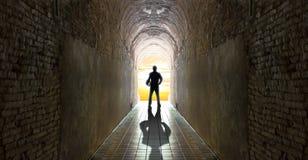 Geschäftsmann, der am Tunnel, Geschäftsstrategie steht Lizenzfreie Stockbilder