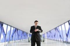 Geschäftsmann, der Uhren betrachtet lizenzfreies stockfoto
