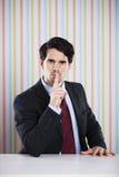 Geschäftsmann, der um Ruhe bittet Stockfotografie