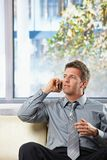 Geschäftsmann, der um Sofa mit Geste ersucht Lizenzfreie Stockbilder