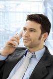 Geschäftsmann, der um Telefon ersucht Stockbilder