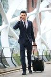 Geschäftsmann, der um Telefon ersucht und mit Tasche an der Metrostation reist Stockfotos