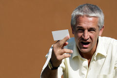 Geschäftsmann, der unbelegte Visitenkarte übergibt Lizenzfreie Stockfotos