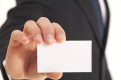 Geschäftsmann, der unbelegte Visitenkarte anhält Lizenzfreies Stockfoto