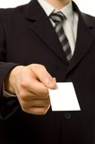 Geschäftsmann, der unbelegte Visitenkarte gibt Lizenzfreie Stockbilder