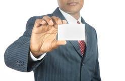 Geschäftsmann, der unbelegte Visitenkarte zeigt Stockfoto