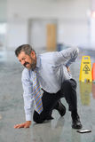 Geschäftsmann, der unter Rückenschmerzen leidet Stockfotos
