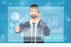 Geschäftsmann, der unter Verwendung des virtuellen Medienschnittstellenarbeitsplatzes arbeitet Bemannen Sie Geschäftsmannrührende Lizenzfreie Stockfotografie