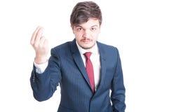 Geschäftsmann, der verärgert schauend steht, etwas erklärend Stockbilder