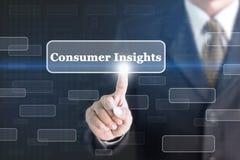 Geschäftsmann, der Verbraucher-Einblickkonzeptknopf bedrängt lizenzfreies stockfoto
