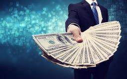 Geschäftsmann, der Verbreitung des Bargeldes anzeigt Stockfotos