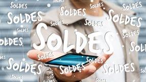 Geschäftsmann, der Verkaufsikonen über seiner Wiedergabe des Telefons 3D hält Lizenzfreies Stockbild