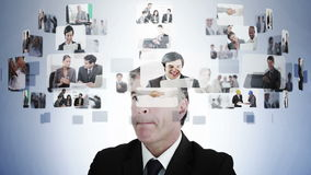 Geschäftsmann, der verschiedene Geschäftslagen erwägt stock video