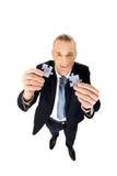 Geschäftsmann, der versucht, Puzzlespielstücke anzuschließen Lizenzfreie Stockbilder