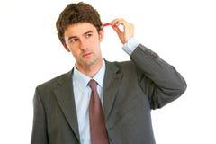 Geschäftsmann, der versucht, usb-Blinken im Kopf einzustecken Lizenzfreie Stockfotografie