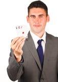 Geschäftsmann, der vier Asschürhakenkarten zeigt Lizenzfreie Stockbilder