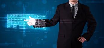 Geschäftsmann, der virtuelle Art der Tastatur bedrängt Lizenzfreies Stockbild