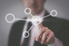 Geschäftsmann, der virtuelle Benutzerschnittstelle zeigt Lizenzfreies Stockbild