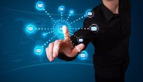 Geschäftsmann, der virtuelle Mitteilungsart von Ikonen bedrängt Lizenzfreies Stockbild