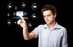 Geschäftsmann, der virtuelle Mitteilungsart von Ikonen bedrängt Lizenzfreie Stockbilder