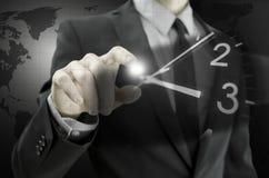 Geschäftsmann, der virtuelle Uhr navigiert Lizenzfreies Stockfoto