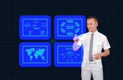 Geschäftsmann, der virtuellen Schirm drückt Stockbild