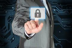 Geschäftsmann, der virtuellen Sicherheitsknopf betätigt Stockbild