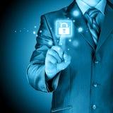 Geschäftsmann, der virtuellen Sicherheitsknopf betätigt Lizenzfreie Stockbilder