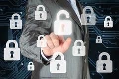 Geschäftsmann, der virtuellen Sicherheitsknopf betätigt Stockfotos