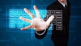 Geschäftsmann, der virtuellen Typen der Tastatur bedrängt Stockfotos