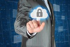 Geschäftsmann, der virtuellen Wolkensicherheitsknopf betätigt Stockfotos