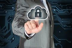Geschäftsmann, der virtuellen Wolkensicherheitsknopf betätigt Stockbilder