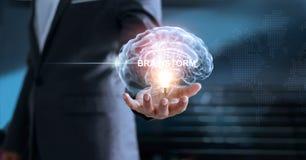 Geschäftsmann, der virtuelles menschliches Gehirn in der Glühlampe hält Stockbild